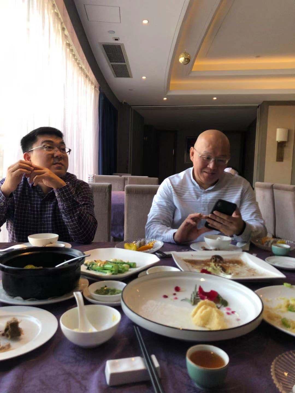 与马来西亚客户一起吃饭,谈生意